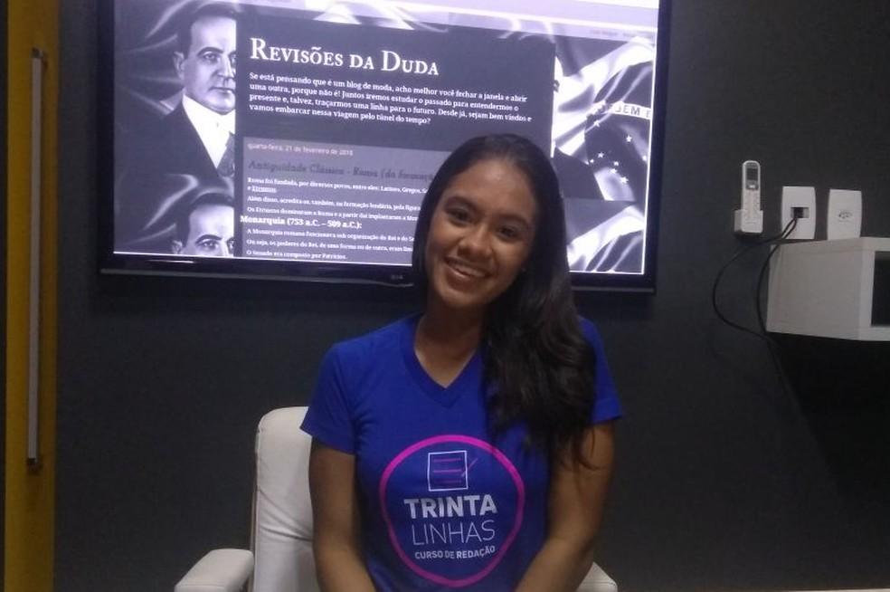 Maria Eduarda tirou nota mil no Enem fazendo duas redações por semana (Foto: Matheus Tenório/G1)