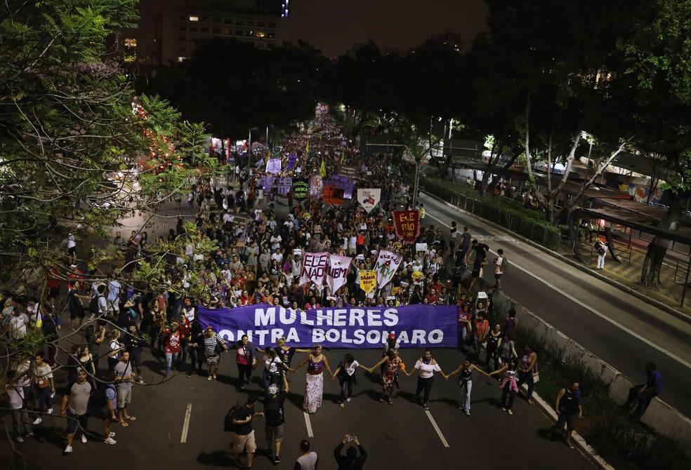 Manifestantes contra Bolsonaro percorrem a Avenida Rebouças em São Paulo — Foto: Nacho Doce / Reuters