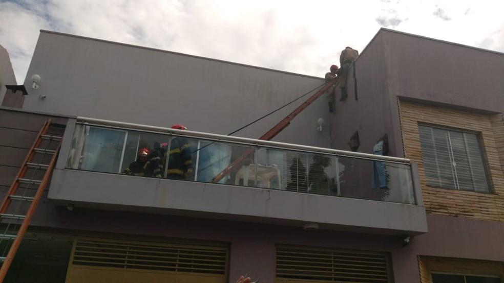 Avião de pequeno porte cai sobre casa em Belém. Equipes de resgate trabalham no local. — Foto: Gustavo Ferreira / TV Liberal