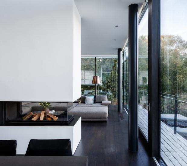 Casa que flutua: sala de estar com lareira (Foto: Blue Sky Images/Mecanoo/Reprodução)