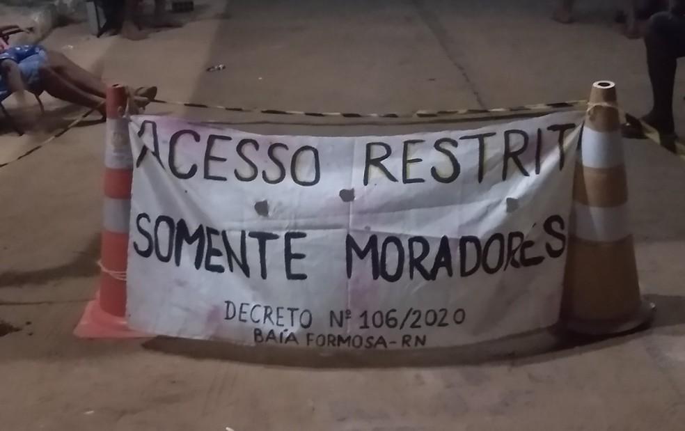 Comunidade escreveu faixas para alertar turistas — Foto: Cedida