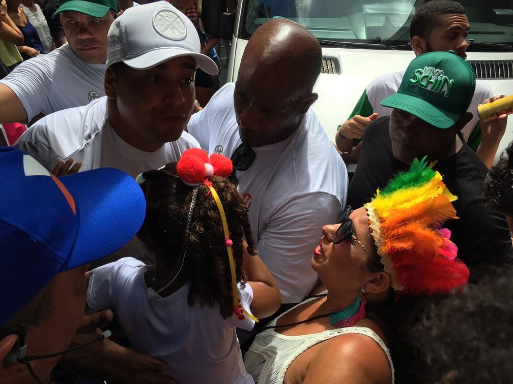 Xanddy carrega fã mirim, no Campo Grande (Foto: Henrique Mendes/G1 BA)