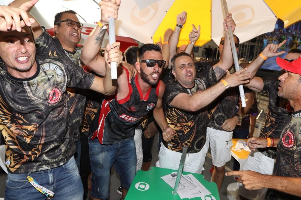 Vice-campeã do carnaval de São Paulo, Dragões da Real comemoram segunda colocação — Foto: Celso Tavares/G1