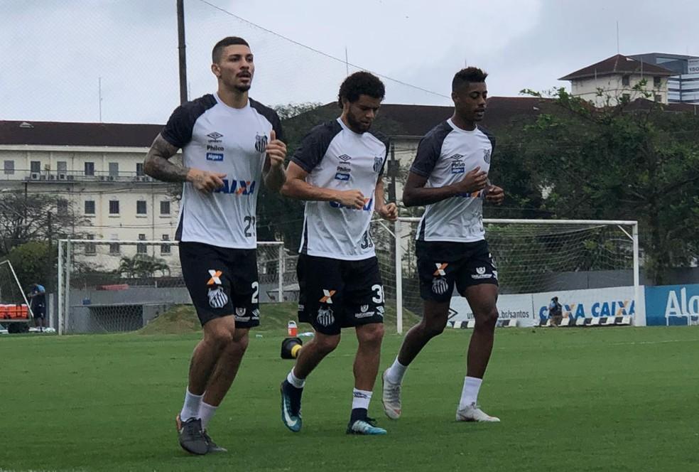 Bruno Henrique (à direita) e Victor Ferraz (centro) durante treino do Santos — Foto: Gabriel dos Santos