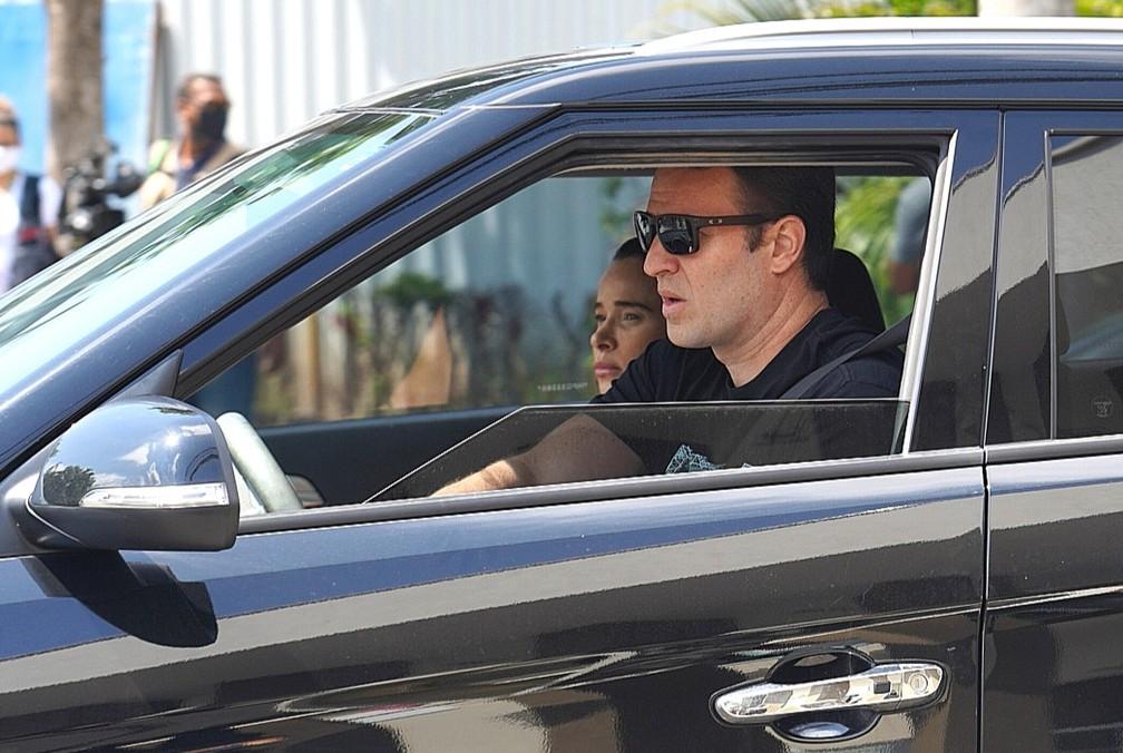 Dani Bananinha e o marido chegam para o velório de Tom Veiga — Foto: Marcos Serra Lima / G1