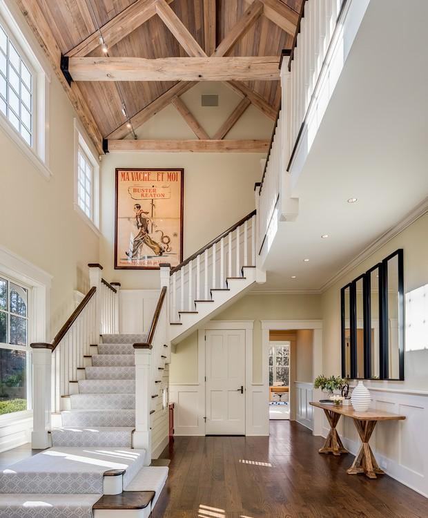 Algumas partes da construção caracterizam bastante o visual campestre, como o teto com tacos de madeira a mostra (Foto: The Wall Street Journal/ Reprodução)
