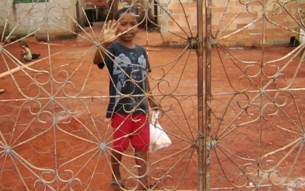 Com apenas 10 anos, garoto ignora as dificuldades e encontra formas de ajudar pais e irmãos em Senador Canedo  — Foto: TV Anhanguera/Reprodução