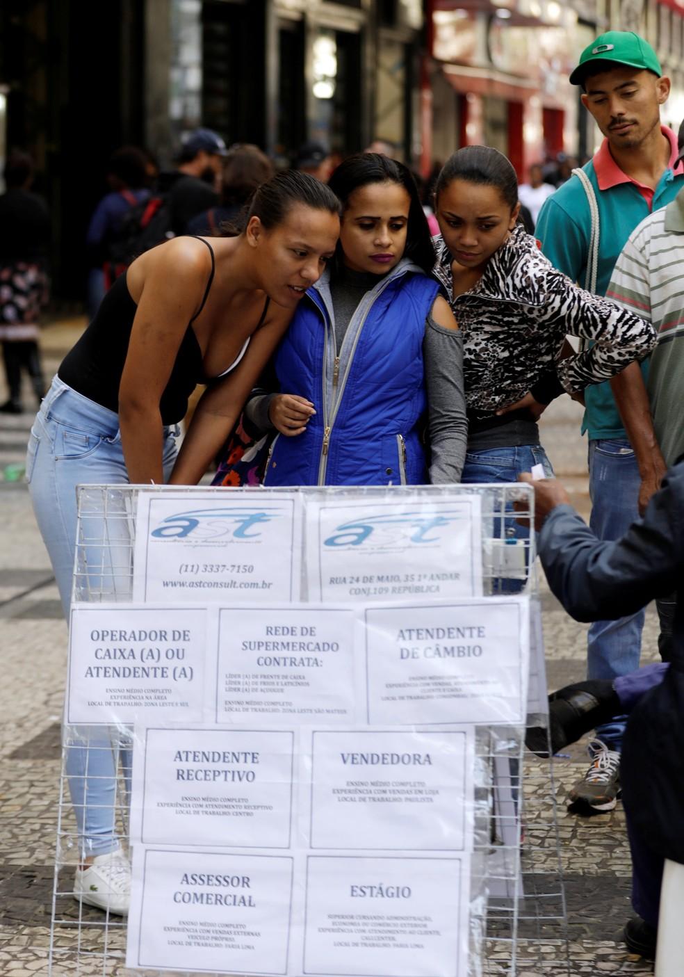 Desemprego: pessoas procuram vaga em São Paulo — Foto: Paulo Whitaker/Reuters
