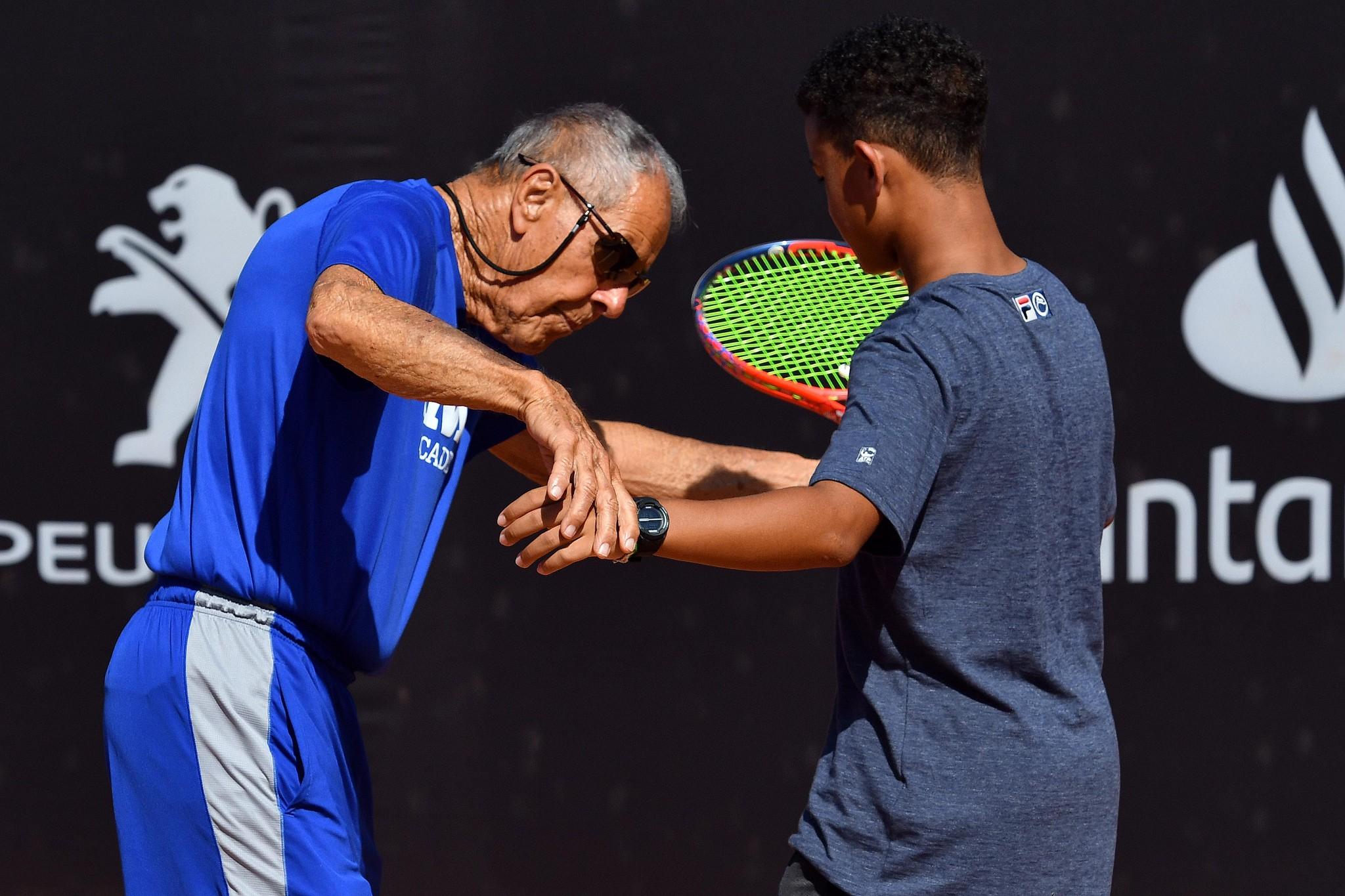 Bollettieri ensina aluno durante clínica no Rio Open
