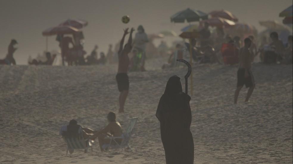 Surfista vestido de morte em vídeo de conscientização sobre a Covid-19 na praia de Maresias — Foto: Rafael de Oliveira/Tirando Onda Surfvlog