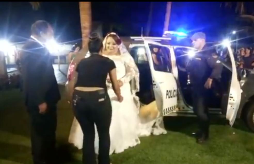 Noiva chega a casamento em carro da PM, na Grande Natal (Foto: Reprodução)