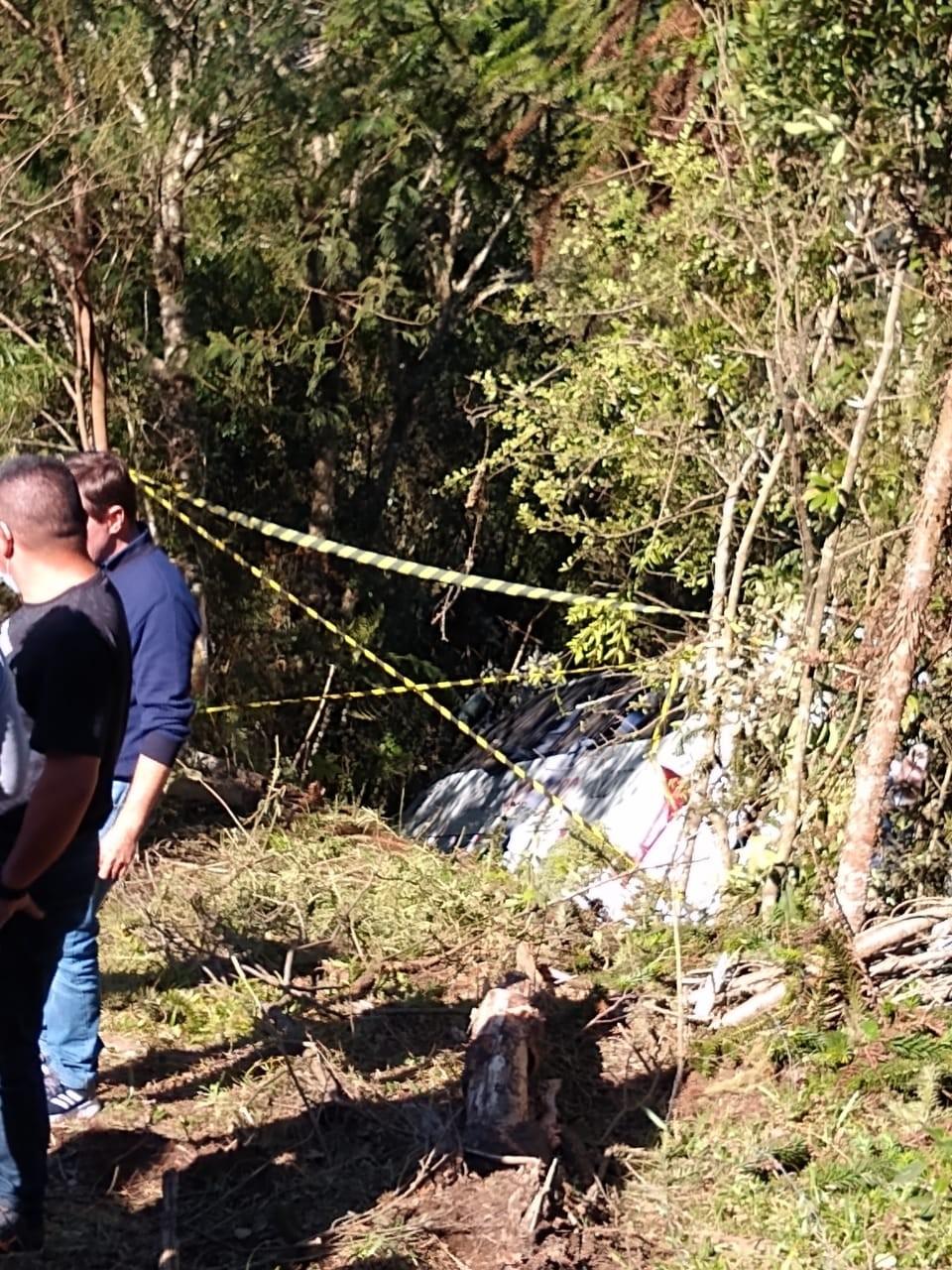 Micro-ônibus cai em ribanceira na Serra de SC e duas pessoas ficam feridas