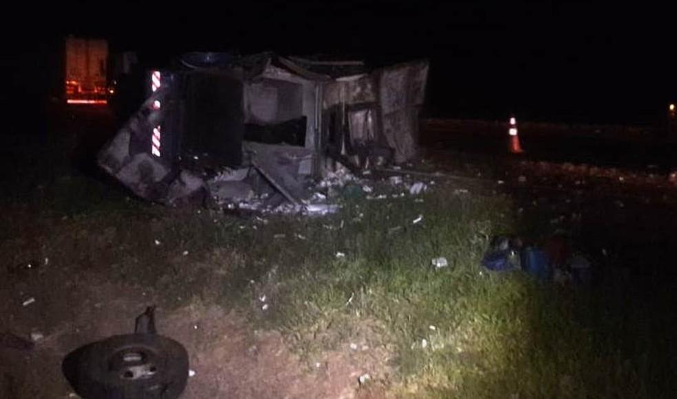 Carro-forte ficou destruído após assalto na Rodovia Anhanguera em Santa Rita do Passa Quatro — Foto: Willian Rafael/EPTV