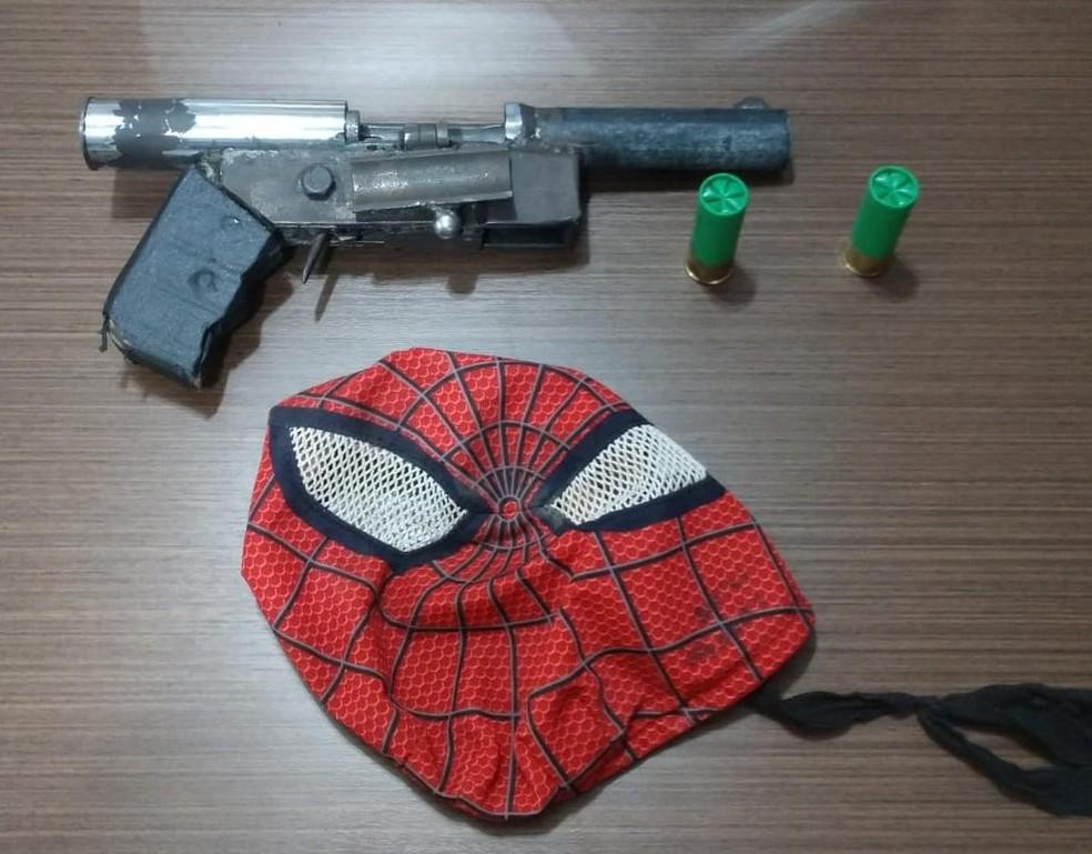 Máscara do Homem-Aranha e arma foram apreendidos com suspeito de assaltos em Macaíba, no RN — Foto: Polícia Civil/Divulgação