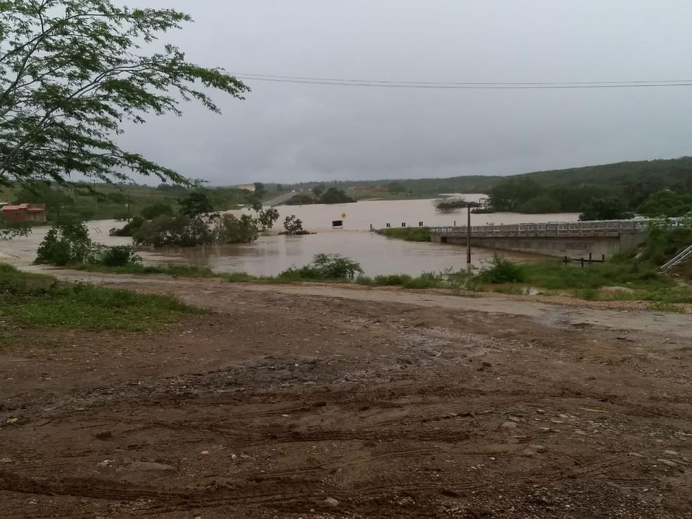Trecho da BR-235, em Pedro Alexandre, após barragem transbordar — Foto: João Pedro de Carvalho Teodoro/Arquivo pessoal