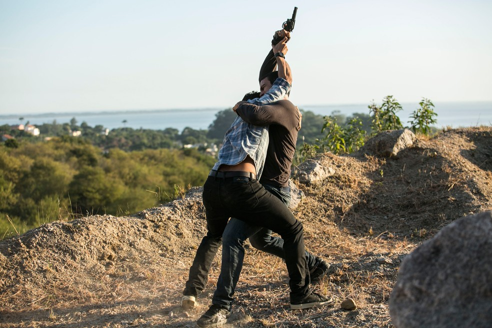 Jonatas (Felipe Simas) parte para cima de Jacaré (Sérgio Malheiros) em 'Totalmente Demais' — Foto: Raphael Dias / Gshow