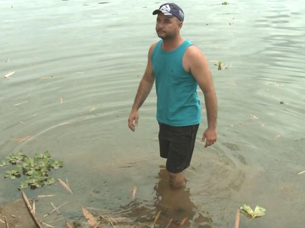 Rodrigo Nunes Freire, pescador de Baixo Guandu, diz que depois da lama ninguém quer comprar peixe do Rio Doce (Foto: Wagner Santos)