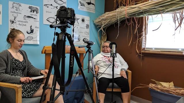 À direita, Yutustanaat, membra da Snuneymuxw First Nation, grava a língua Hul'q'umi'num 'com a aluna Beatrix Taylor. (Foto:  Brian Thom/ Divulgação)