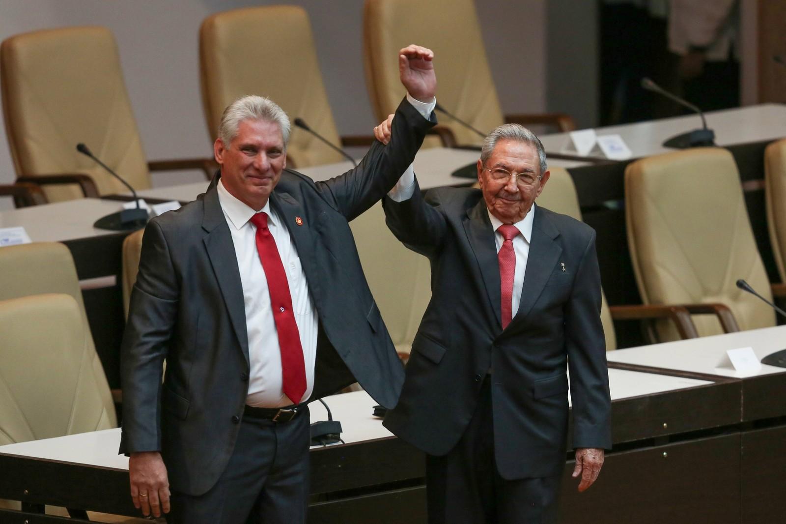 Novo presidente de Cuba, Miguel Diaz-Canel e Raúl Castro, durante a posse em 2018 — Foto: REUTERS/Alexandre Meneghini/Pool