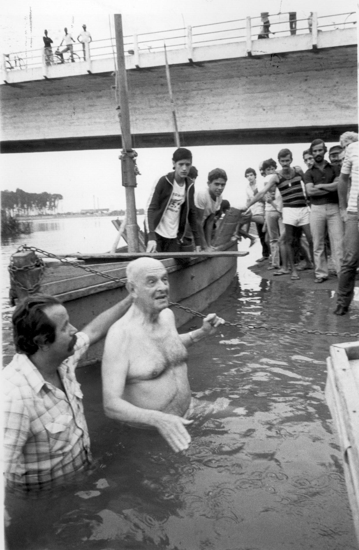 O então governador Chagas Freitas no Rio Paraíba do Sul, em 22 de maio de 1982
