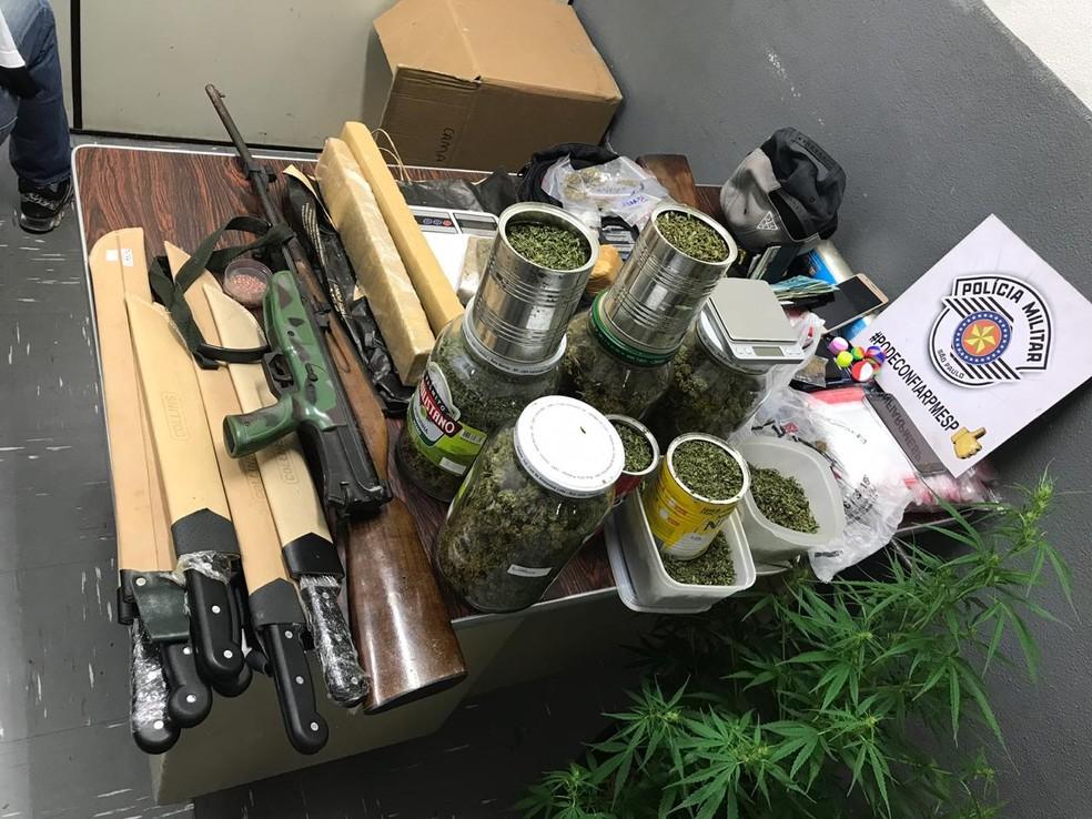 Drogas e armas foram encontrados em três endereços indicados por suspeitos de tráfico em Campinas (SP) — Foto: Reprodução/EPTV