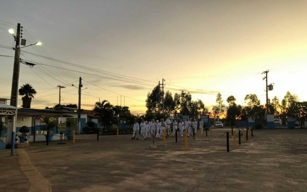 Funcionários chegam para trabalhar na Casa Dom Inácio de Loyola em Abadiânia, Goiás — Foto: Murillo Velasco/ G1