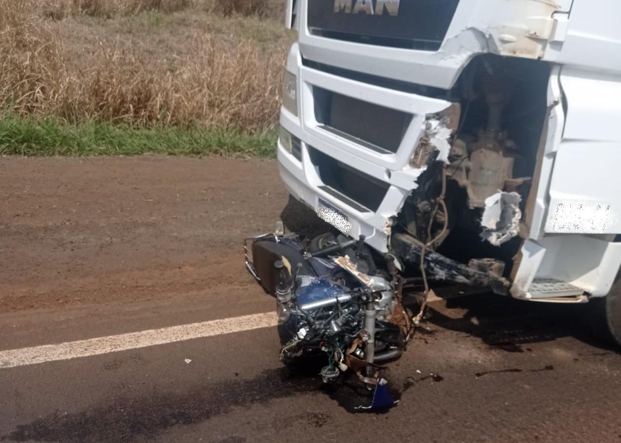 Motociclista morre após batida de frente com caminhão, em Jardim Alegre