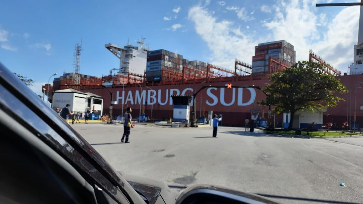 Navio que destruiu pier da travessia de balsas é autorizado a entrar no Porto de Santos para reparos no casco