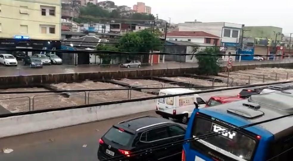 Córrego na Avenida Engenheiro Caetano Álvares, na Zona Norte, fica repleto de água da chuva nesta terça-feira (10). — Foto: Reprodução/TV Globo