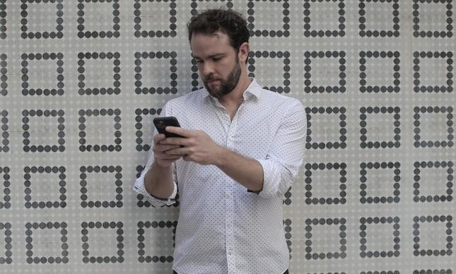 Dario Durigan, do WhatsApp, ao celular: executivo é membro do time brasileiro da empresa
