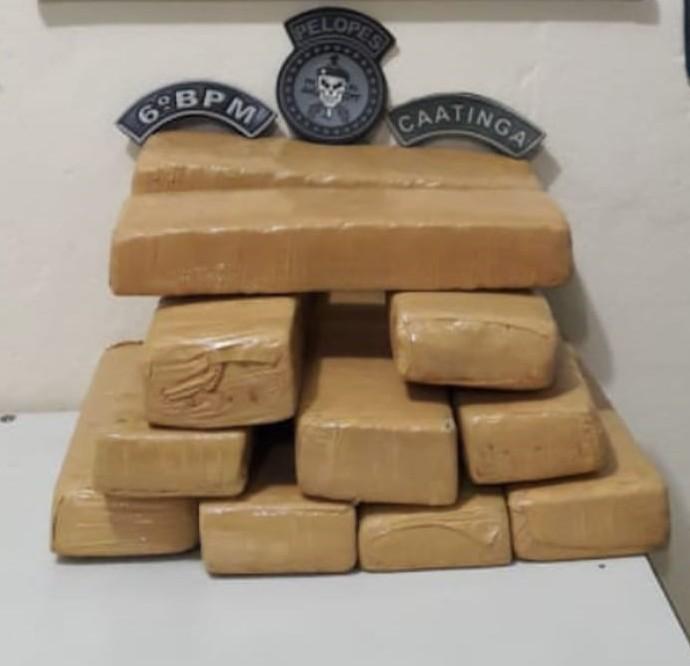 Operação integrada prende mulher em Japaratinga, AL, que carregava 11 tabletes de maconha na mochila