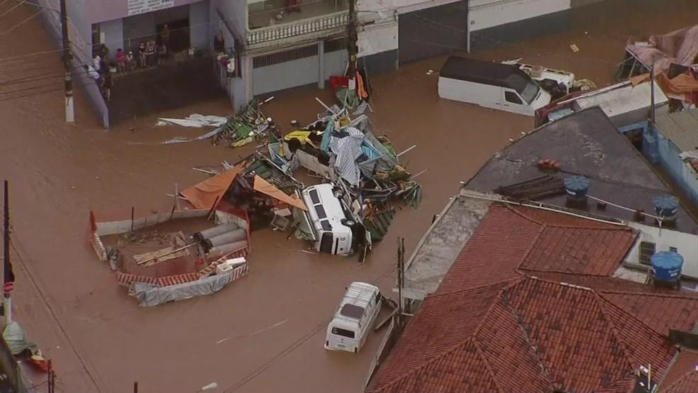 Chuva destruiu barracas de feira em rua da Zona Norte de SP — Foto: Reprodução/TV Globo