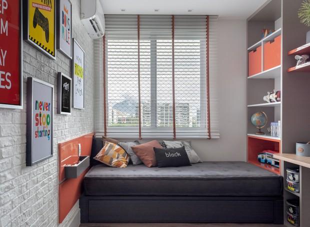 En el dormitorio, el mobiliario planificado tiene una litera con un futón individual junto a la pared de la ventana, que, rellena de almohadas, sirve como un pequeño sofá en la vida cotidiana (Foto: Lilia Mendel / Disclosure)