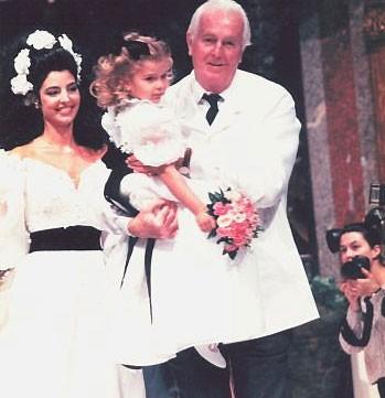 Antonia Frering ao lado de Givenchy e a pequena Maria Frering no desfile de 1995 (Foto: Divulgação)