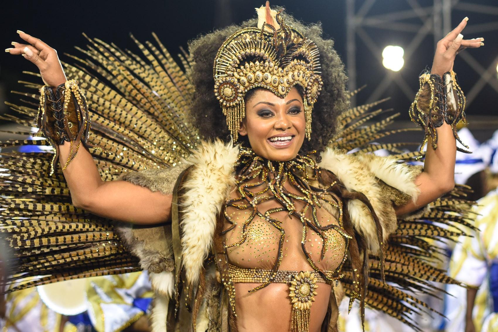 Camila Silva, rainha de bateria da Vai-Vai, samba em câmera lenta; veja vídeo