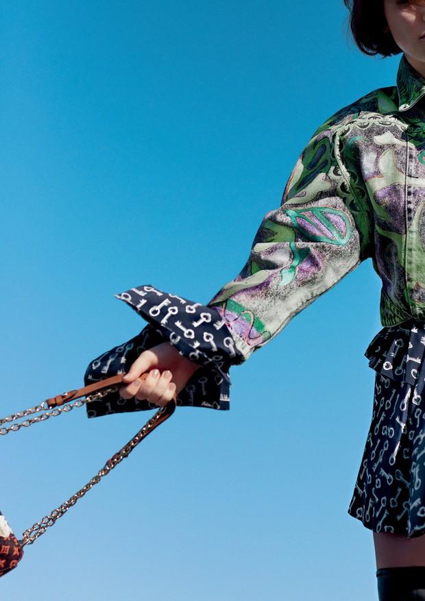 Vestido de seda, R$ 22.400, e jaqueta de algodão, R$ 16.300. Bolsa de couro com alça de corrente de metal, R$ 16.300 (Foto: Gleeson Paulino)