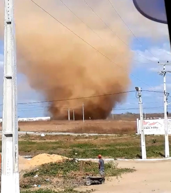 """Redemoinho de poeira impressiona moradores de Santana do Acaraú: """"acabou o mundo"""" — Foto: Reprodução"""