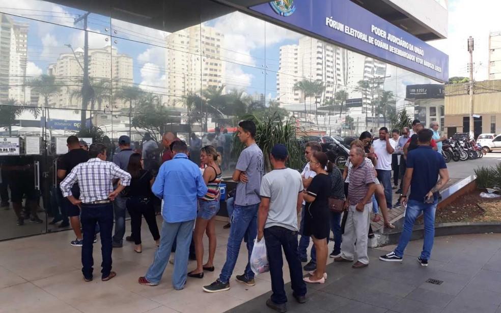 Fila se forma antes da abertura da Central de Atendimento do Eleitor, em Goiânia (Foto: Sílvio Túlio/G1)
