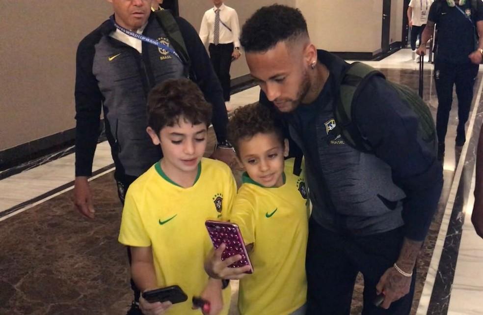 Neymar tira foto com fãs em Samara (Foto: Alexandre Lozetti/GloboEsporte.com)
