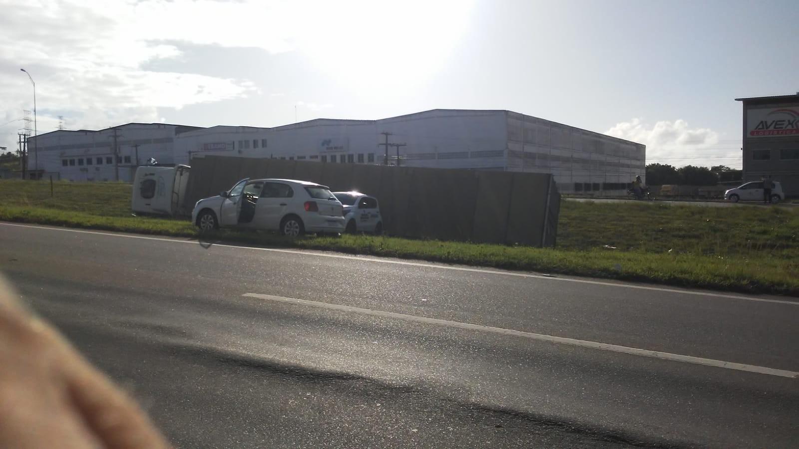 Caminhão carregado com pasta de dente tomba na BR-101, na Paraíba