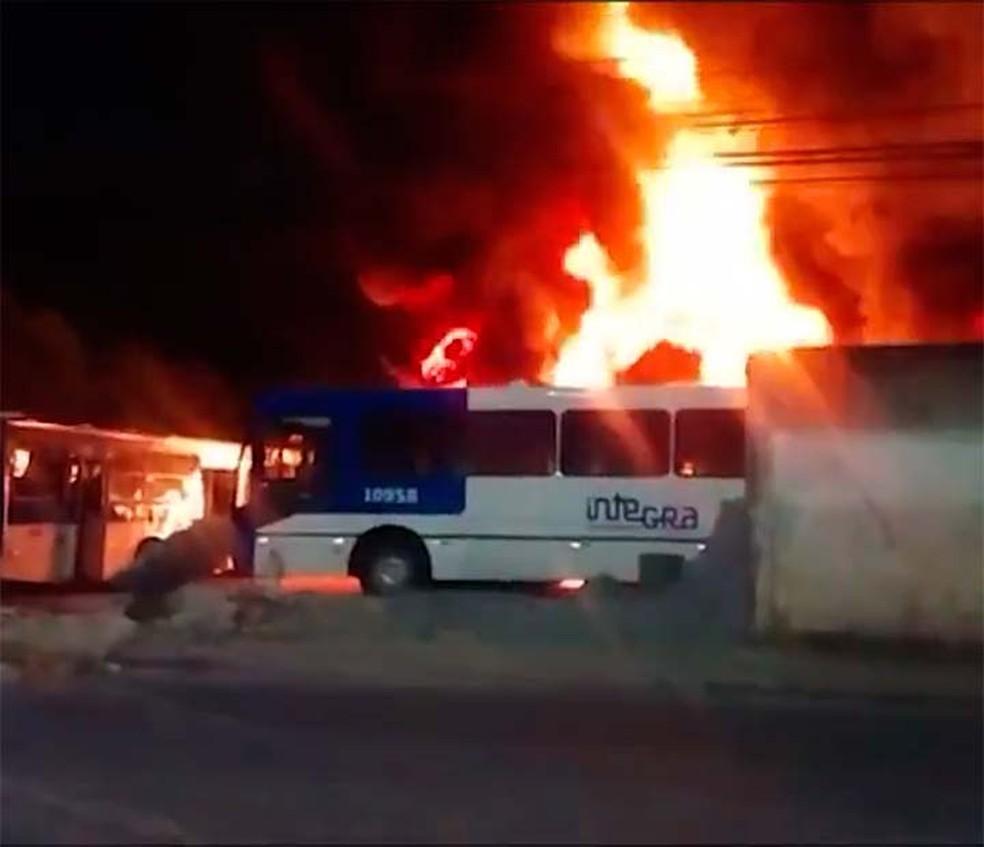 Incêndio em pátio de empresa de ônibus de Salvador destruiu ao menos 58 coletivos, em Salvador (Foto: Reprodução/TV Bahia)