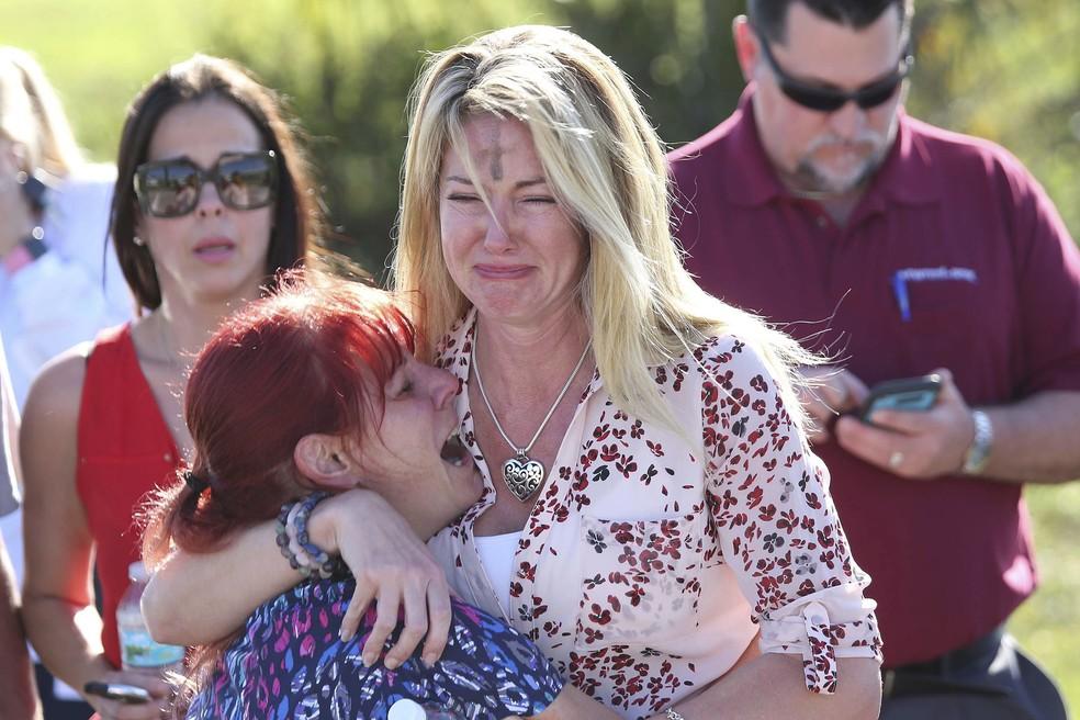 Familiares de alunos de escola na Flrida esperam por notcias do tiroteio Foto AP PhotoJoel Auerbach