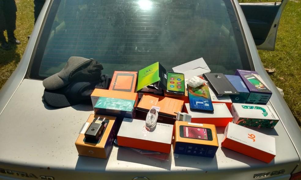 Dezessete celulares roubados são recuperados em Unamar, em Cabo Frio, no RJ — Foto: Divulgação/25ºBPM