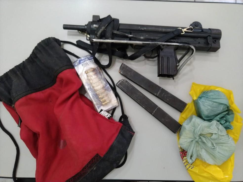 Policiais Militares encontraram bolsa com submetralhadora e drogas em Caicó — Foto: Cedida PM