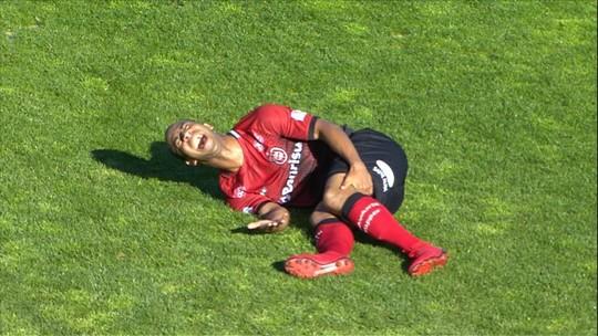 Meia do Brasil de Pelotas tem perna fraturada em jogo da Segundona; veja