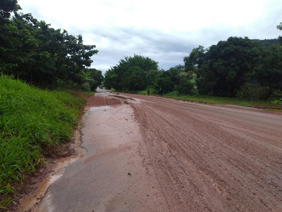 Trecho na BR-458 está coberto de lama (Foto: Polícia Militar Rodoviária/Arquivo Pessoal)