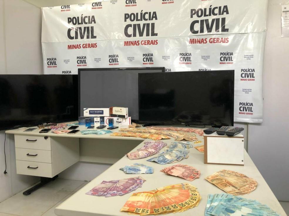 -  A Operação   39;Abre Alas  39; apreendeu dinheiro, arma, e aparelhos celulares  Foto: Polícia Civil/Divulgação
