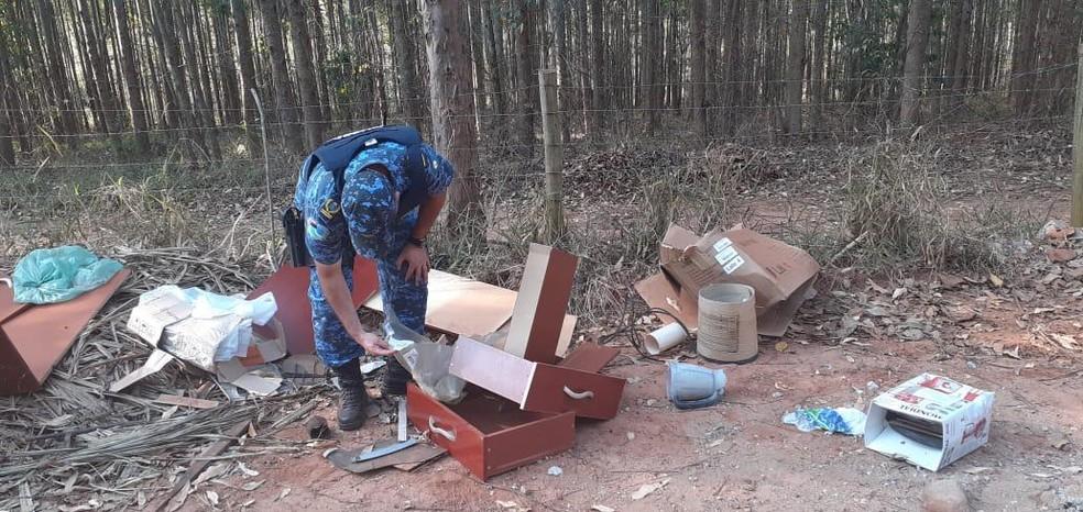 Homem jogou entulho em estrada rural e GCM encontrou documentos dele junto com o lixo em Botucatu — Foto: Guarda Civil Municipal/Divulgação