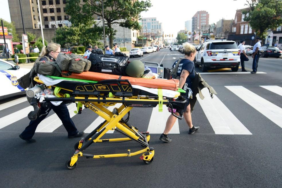 Paramédicos atendem chamado após tiroteio na Filadélfia, nos EUA — Foto: Bastiaan Slabbers/Reuters