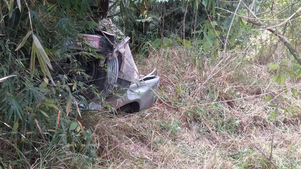 Caminhonete ficou destruída após batida com caminhão em rodovia de Angatuba (SP) â?? Foto: Jamie Rafael/TV TEM